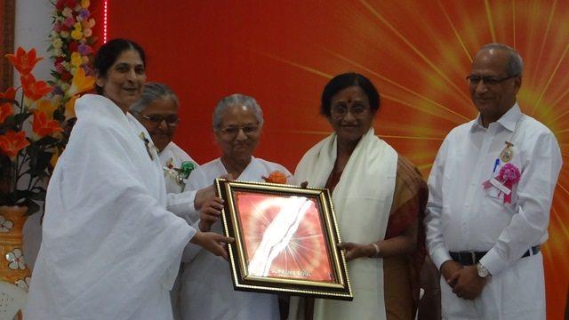 Photo#9- Honouring of Women and Family Welfare, and also Tourism Minister of U.P. Dr. Reeta Bahuguna Joshi